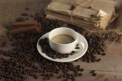 Feijões de café e copo de café foto de stock