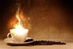 Feijões de café e copo de café