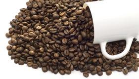 Feijões de café e copo de café Fotografia de Stock Royalty Free