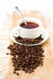 Feijões de café e copo de café branco Fotos de Stock Royalty Free