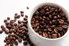 Feijões de café e copo de Coffe Imagens de Stock