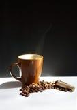 Feijões de café e copo do grupo quente do tema do café Fotografia de Stock Royalty Free