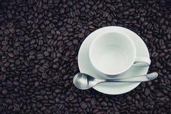 Feijões de café e copos de café, placas Imagem de Stock Royalty Free