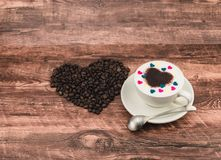 Feijões de café e café do leite Foto de Stock