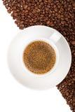 Feijões de café e fundo do copo Foto de Stock Royalty Free