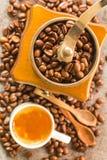Feijões de café e moedor de café antigo Imagem de Stock