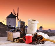 Feijões de café e moinhos de vento velhos. Imagem de Stock