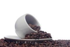 Feijões de café e um copo branco Fotografia de Stock Royalty Free