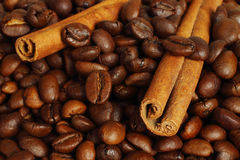 Feijões de café e varas de canela Fotografia de Stock Royalty Free