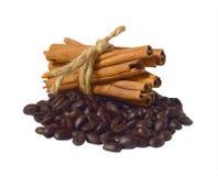 Feijões de café e varas de canela imagem de stock royalty free