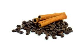 Feijões de café e varas de canela fotos de stock royalty free