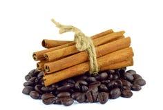 Feijões de café e varas de canela foto de stock
