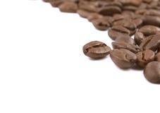 Feijões de café em feijões de café do fundo do branco em um espaço branco do fundo para o texto Imagens de Stock Royalty Free