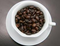 Feijões de café em um copo Fotos de Stock Royalty Free