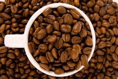 Feijões de café em um copo Imagem de Stock Royalty Free