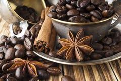Feijões de café em um copo de prata Fotos de Stock Royalty Free