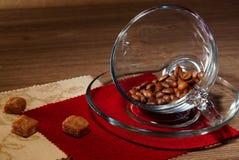 Feijões de café em um copo e em cubos do açúcar Fotografia de Stock
