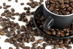Feijões de café em um copo pequeno Foto de Stock Royalty Free