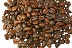 Feijões de café em um fundo branco Fotografia de Stock Royalty Free