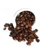 Feijões de café em um fundo branco Fotos de Stock Royalty Free