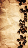 Feijões de café em um fundo de papel amarrotado da textura imagens de stock