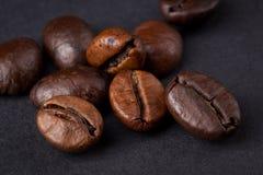 Feijões de café em um fundo escuro Imagens de Stock Royalty Free