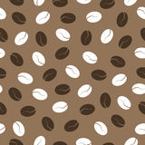 Feijões de café em um fundo marrom, teste padrão sem emenda Fotografia de Stock Royalty Free