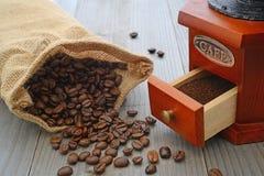 Feijões de café e moedor de café Imagens de Stock Royalty Free