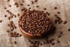 Feijões de café em um prato de madeira Foto de Stock Royalty Free