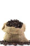 Feijões de café em um saco imagem de stock