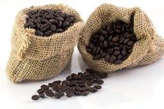 Feijões de café em um saco foto de stock royalty free