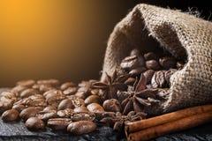 Feijões de café em um saco com canela e badian Foto de Stock