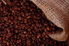 Feijões de café em um saco de serapilheira fotos de stock royalty free
