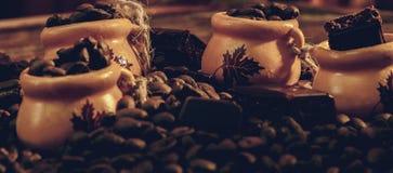 Feijões de café em uma bacia de barras de chocolate Imagens de Stock Royalty Free