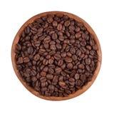 Feijões de café em uma bacia de madeira em um fundo branco foto de stock royalty free