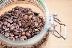 Feijões de café em uma bacia de vidro DOF raso Imagens de Stock Royalty Free
