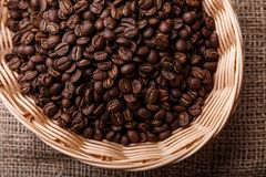 Feijões de café em uma cesta de vime Foto de Stock