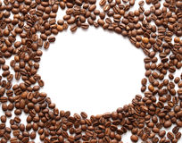 Feijões de café em uma forma do quadro oval foto de stock