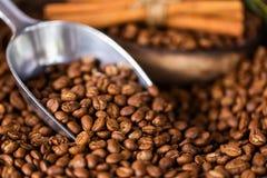 Feijões de café Em uma rotação de madeira do fundo fotografia de stock