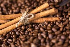 Feijões de café Em uma rotação de madeira do fundo imagens de stock royalty free