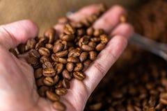 Feijões de café Em uma rotação de madeira do fundo fotografia de stock royalty free