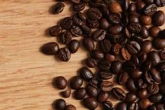 Feijões de café em uma tabela de madeira Fotografia de Stock Royalty Free