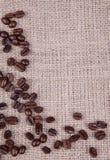 Feijões de café escuros do assado Fotos de Stock