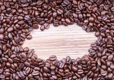 Feijões de café escuros do assado Fotografia de Stock