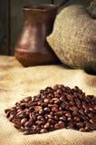 Feijões de café, fabricante de café no despedida no estilo do grunge do vintage Imagem de Stock