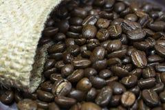 Feijões de café fora de seu saco II da juta Foto de Stock Royalty Free