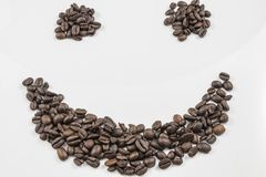Feijões de café frescos na forma de Smiley Face imagem de stock