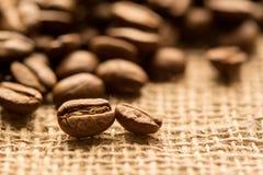 Feijões de café Fundo escuro com espaço da cópia, close-up imagens de stock
