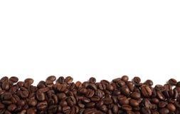 Feijões de café isolados no branco Fotos de Stock Royalty Free