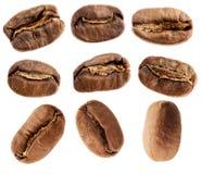 Feijões de café isolados no branco Imagens de Stock